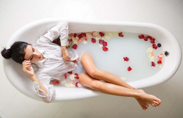 Ванна с молоком и лепестками цветов